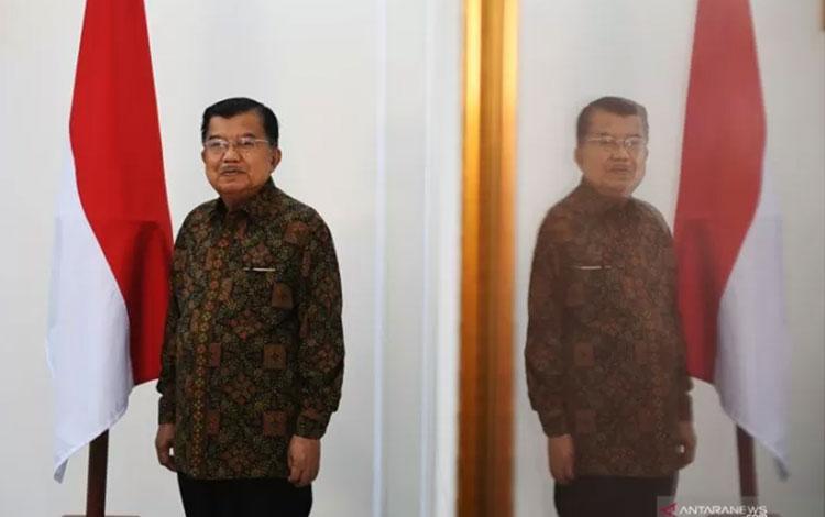 Wakil Presiden Jusuf Kalla berpose usai sesi wawancara khusus dengan Antara di Jakarta, Kamis (17/10/2019). ANTARA FOTO/Akbar Nugroho Gumay/aww