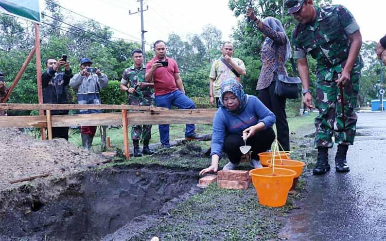 Peletakan Batu Pertama, Pembangunan Gapura TNI AU Iskandar Disambut Gerimis