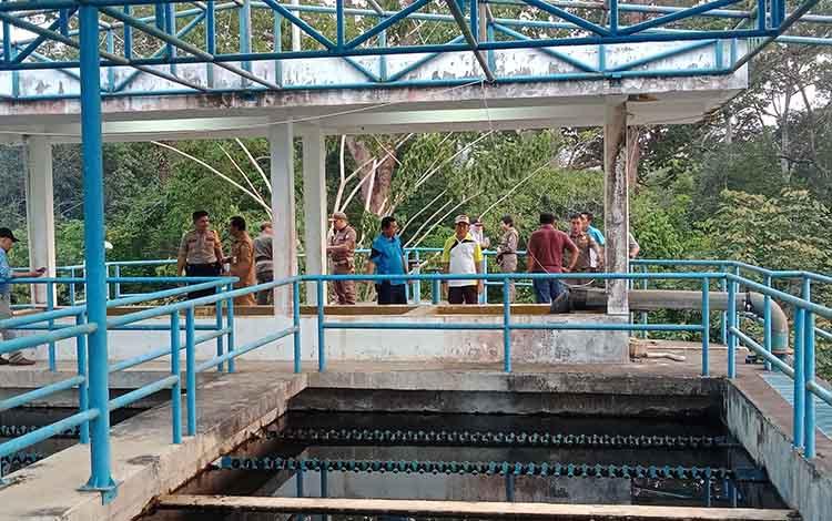 Tunggakan tagihan pelanggan Perusahaan Daerah Air Minum (PDAM) Puruk Cahu, Kabupaten Murung Raya, hingga saat ini hampir mencapai Rp 1 miliar.