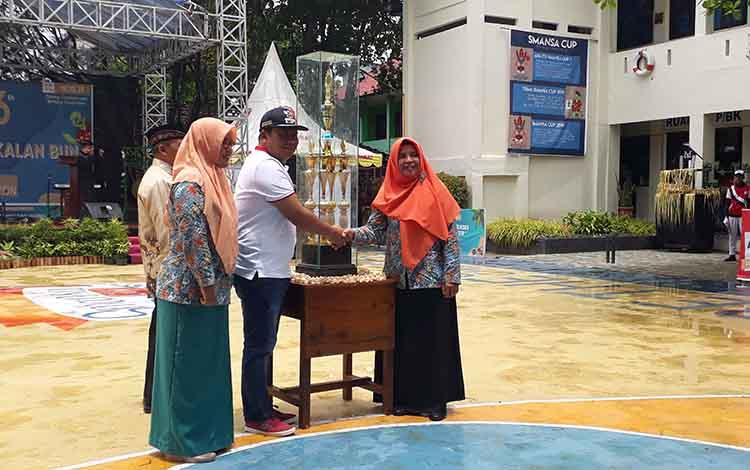 Memeriahkan hari ulang tahunnya (HUT) yang ke - 56, SMAN 1 Pangkalan Bun menggelar SMANSA Cup ke - 14/2019. Event ini juga bertujuan untuk menggali bakat dan prestasi serta kreativitas siswa di Kabupaten Kotawaringin Barat (Kobar).
