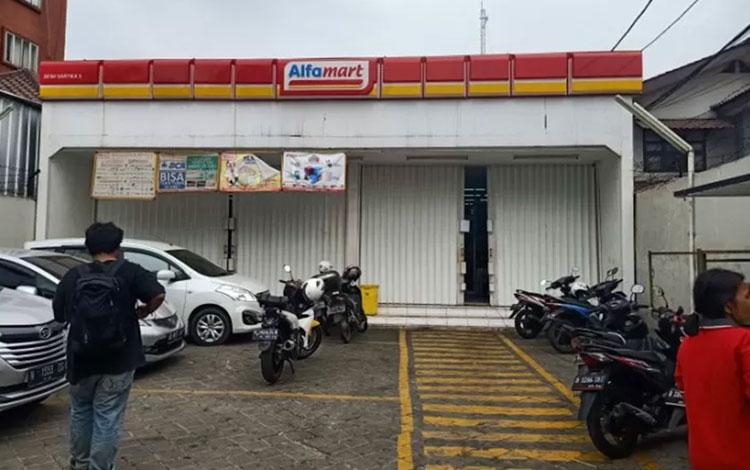 Toserba mini Alfamart di Jalan Dewi Sartika Nomor 362 RT03/RW04, Cawang dibobol pencuri pada Jumat (18/10) pada pukul 04.30 WIB. Kerugian mencapai puluhan juta rupiah. (ANTARA/Andi Firdaus)