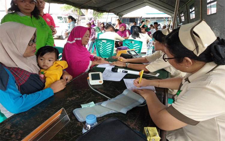 Warga Mendawai, Kota Palangka Raya antusias mengikuti layanan pengobatan gratis yang digagas TNI AD bersama Bank Indonesia, Sabtu 19 Oktober 2019