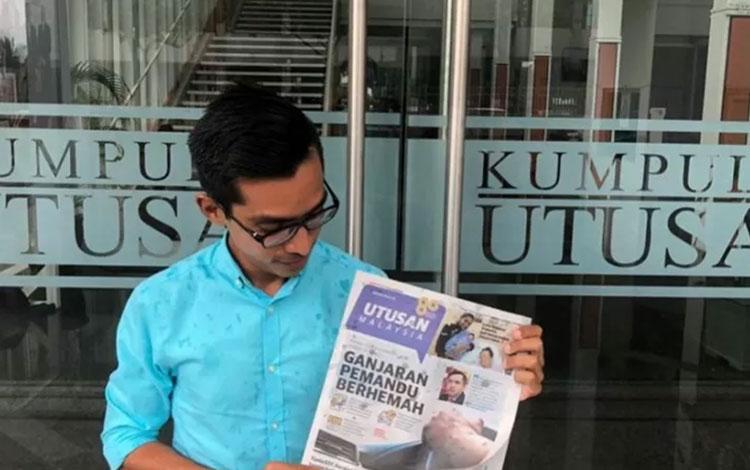 Wartawan Utusan Malaysia memegang edisi terakhit media tersebut. Foto ANTARA/Facebook (1)