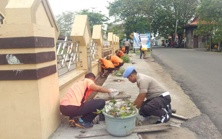 Jajaran Kepolisian Resort Seruyan menggalakkan kegiatan Jumat Bersih, Indah, dan Aman (Beriman)  guna membantu menjaga kebersihan lingkungan di wilayah setempat.