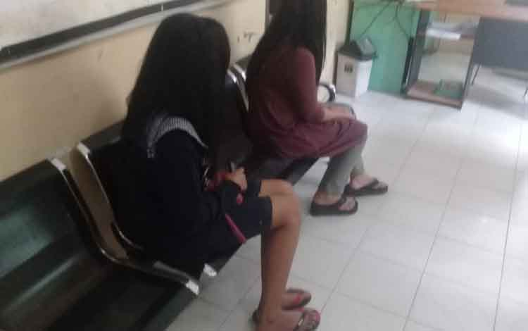 Lantaran membuka arena judi dan menjadi PSK, dua perempuan di Desa Sebukat, Kecamatan Pangkalan Banteng, ditangkap anggota Satpol PP dan Damkar Kabupaten Kotawaringin Barat (Kobar), Jumat, 18 Oktober 2019 malam.