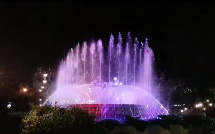 Bupati Kotawaringin Barat Hj Nurhidayah meresmikan Dancing Water Fountain (Air Mancur Menari), atau bahasa daerahnya Banyu Bajoget, di Taman Kota Manis, Bundaran Pancasila, Pangkalan Bun, Kabupaten Kotawaringin Barat ( Kobar), Sabtu, 19 Oktober 2019 malam