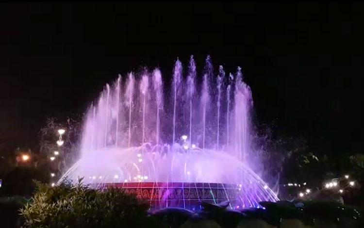 Air Mancur Menari dapat disaksikan selama satu minggu di Taman Kota Manis, Bundaran Pancasila, Pangkalan Bun.