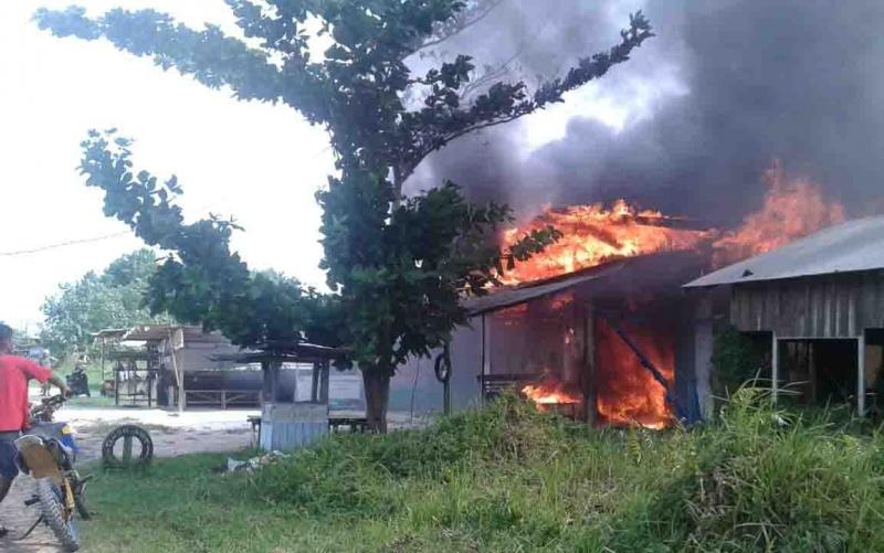Dua unit bangunan yakni bengkel dan toko barang plastik atau kelontong ludes terbakar di gang Kepiting, Jalan Padat Karya/Rambutan, Kelurahan Baru, Minggu, 20 Oktober 2019, sekitar pukul 13.30 WIB.