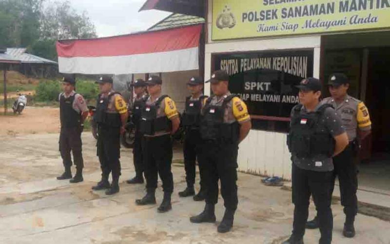 Personel polsek jajaran Polres Katingan sebelum patroli skala besar bersama TNI menjelang pelantikan Presiden RI.