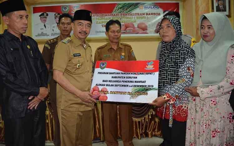 Bupati Seruyan, Yulhaidir, menyalurkan Bantuan Pangan Non Tunai kepada keluarga penerima manfaat, Senin, 21 Oktober 2019.