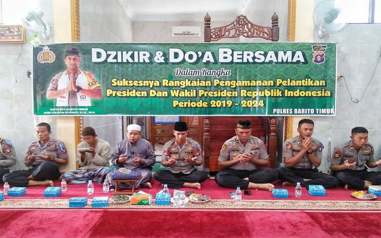 Dzikir dan doa bersama di Masjid Alharist Polres Barito Timur dalam rangka acara syukuran atas suksesnya gelaran pelantikan presiden dan wakil presiden, Senin malam 21 Oktober 2019