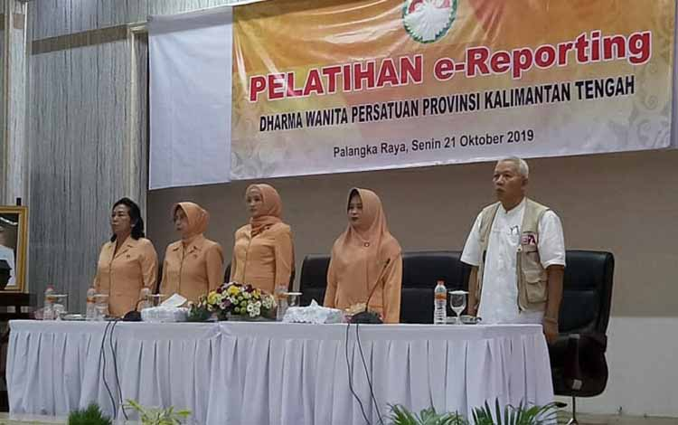 Istri Gubernur Kalteng, Yulistra Ivo Azhari Sugianto Sabran (tengah) mengingatkan para Dharma Wanita Persatuan atau DWP Kalteng tetapkan bijak gunakan media sosial.