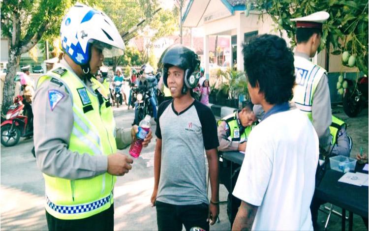 Seorang pengendara sepeda motor membawa Miras oplosan dan disita petugas Polresta Palangka Raya, Senin 21 Oktober 2019