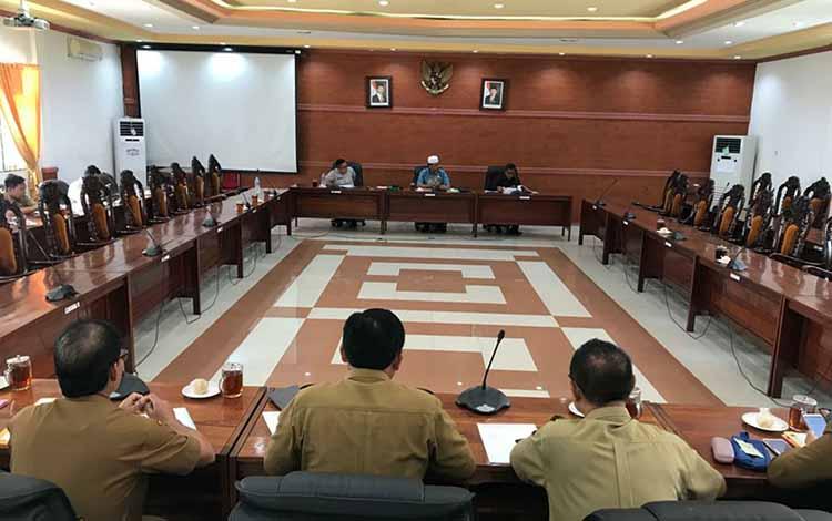 Suasana saat Komisi IV DPRD Kapuas gelar Rapat Dengar Pendapat dengan Disdik dan Kemenag Kapuas di ruang rapat gabungan pada Senin, 21 Oktober 2019.