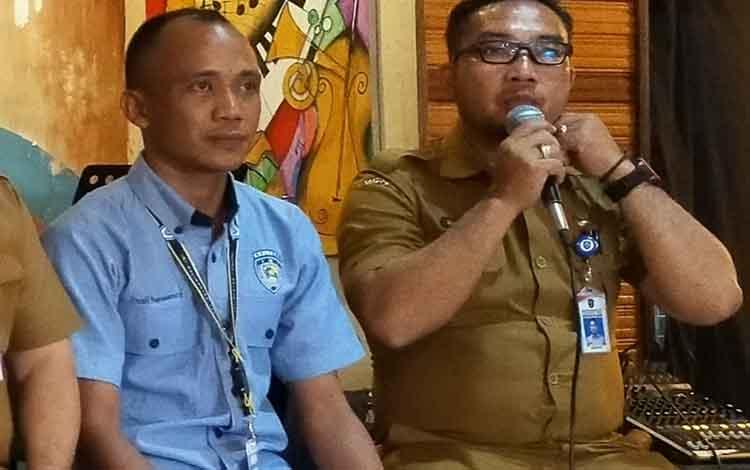 Panitia mengutamakan keselamatan pembalap dan penonton pada event road race di Taman Kota Sampit nanti. Tampak ketua panitia, Raihansyah memberikan penjelasan.
