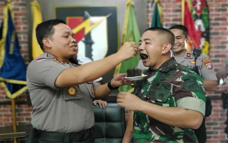 Kapolresta Palangka Raya AKBP Timbul Rein Krisman Siregar memberi kejutan kepada Komandan Yonif Raider 631 Antang Letkol Inf Bayu Yudha Pratama, Senin 21 Oktober 2019