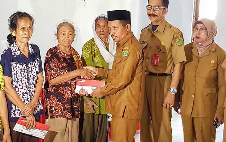 Wakil Bupati Barito Timur, Habib Said Abdul Saleh menyerahkan secara simbolis penyaluran bantuan langsung non tunai, Senin, 21 Oktober 2019.