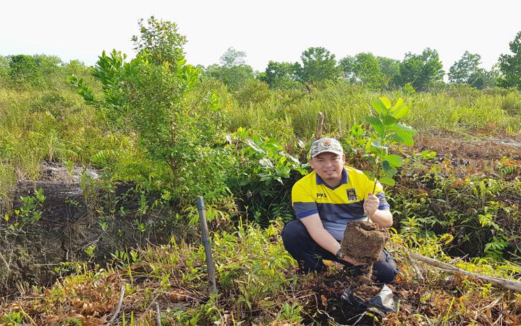 Ketua PKS Kalteng, Heru Hidayat mengajak para kader, simpatisan, dan keluarganya untuk mensukseskan gerakan keluarga menanam pohon