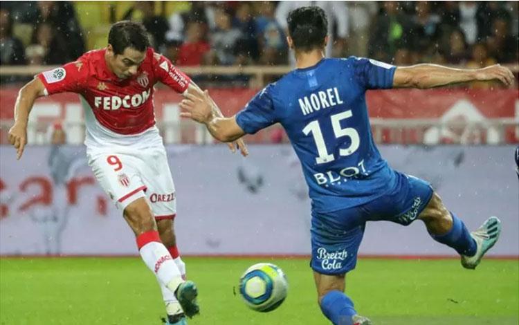 Penyerang AS Monaco Wissam Ben Yedder (kiri) berusaha melepaskan tembakan di bawah hadangan bek Rennes Jeremy Morel dalam laga lanjutan Liga Prancis di Stadion Louis II, Monaco, Minggu (20/10/2019). (ANTARA/AFP/Valery Hache)