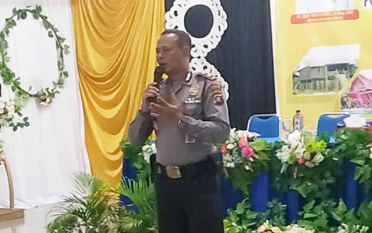 Wakapolres Pulang Pisau Kompol Imam Riadi saat menjadi narasumber pada pelatihan pemandu wisata. Dalam kesempatan itu, Polres Pulang Pisau menyatakan mendukung program pariwisata.