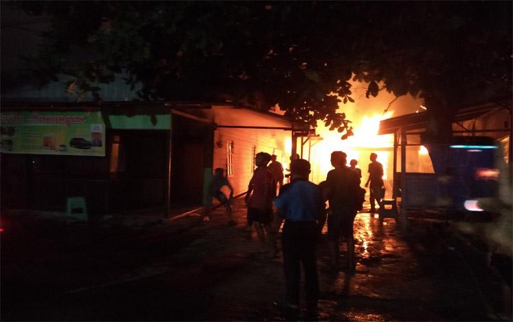 Sebuah rumah di Jalan Batu Pirus, Sampit terbakar, Senin malam 21 Oktober 2019
