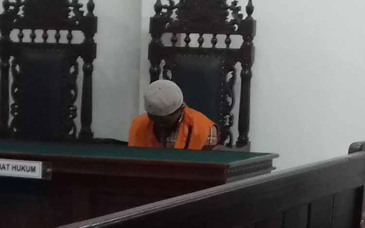 Andri Susanto alias Aan terdakwa kasus pengancaman sidang di Pengadilan Negeri Sampit. Terdakwa mengaku di bawah pengaruh minuman keras atau miras jenis arak saat menodong tetangganya.