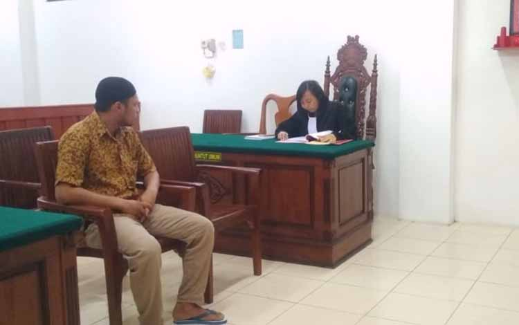 Sya, pria yang berprofesi sebagai debt collector harus menjalani persidangan di Pengadilan Negeri Palangka Raya, Senin, 21 Oktober 2019, lantaran tertangkap seorang diri saat pesta sabu di kediamannya.
