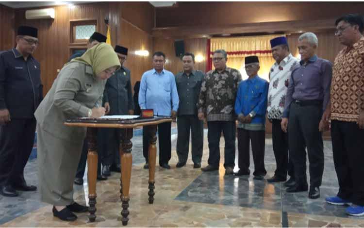 Bupati Kotawaringin Barat Nurhidayah saat menandatangani persetujuan bersama pembentukan provinsi Kotawaringin, Selasa, 22 Oktober 2019 dalam rapat paripurna yang digelar DPRD.