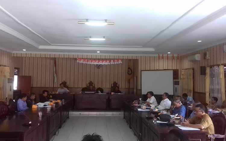 Komisi I DPRD Kotim saat rapat sengketa lahan bersama warga dan perusahaan sawit, beberapa waktu lalu. DPRD desak pemkab menertibkan kebun sawit tanpa plasma.
