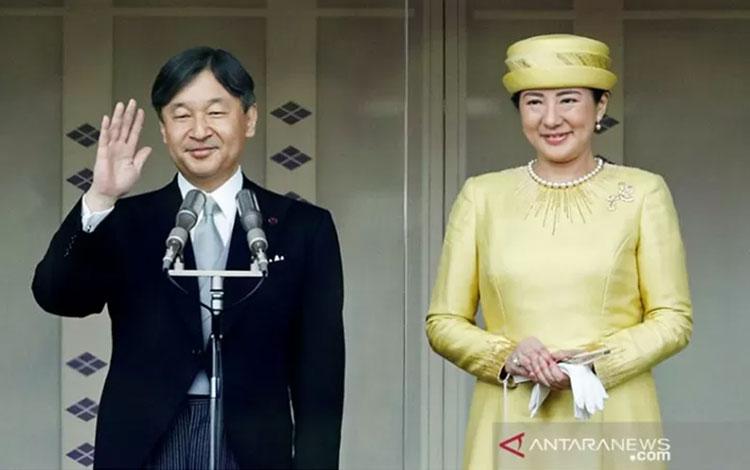 Kaisar Jepang Naruhito dan Permaisuri Masako menyapa rakyatnya pada penampilan publik pertama mereka di Istana Kekaisaran di Tokyo, Jepang Sabtu, (4/5/2019). ANTARA/REUTERS /Issei Kato/pri