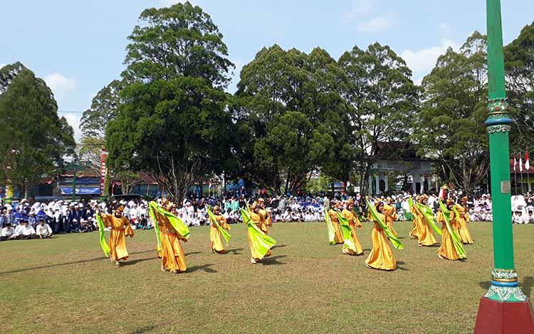 Tari Santri Harati MIN 1 Kobar meriahkan upacara Hari Santri Nasional 2019 di halaman Kantor Bupati Kobar, Selasa, 22 Oktober 2019.