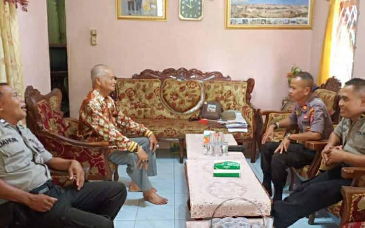 Personel Satbibmas Polres Kapuas saat menyambangi salah satu tokoh adat, Selasa, 22 Oktober 2019