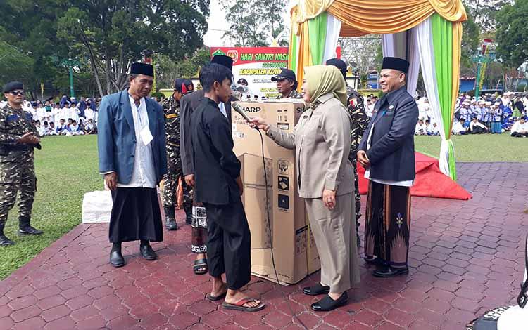 Bupati Kotawaringin Barat Hj Nurhidayah serahkan hadiah kepada peserta peringatan Hari Santri Nasional (HSN) di halaman Kantor Bupati Kobar, Selasa, 22 Oktober 2019.