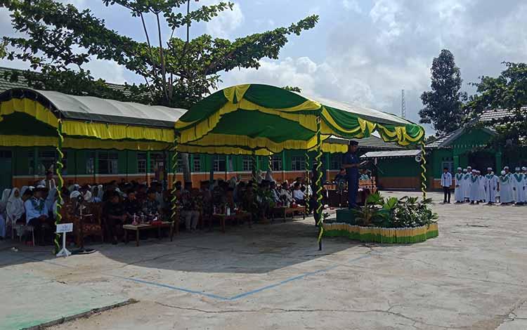 Bupati Murung Raya Perdie M. Yoseph menjadi pembina upacara peringatan Hari Santri Nasional di halaman MAN 1 Murung, Selasa 22 Oktober 2019