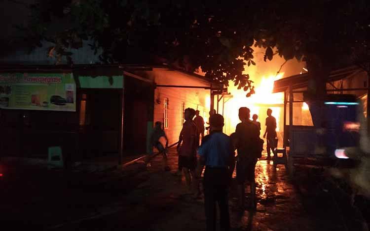 Sebuah rumah di Jalan Batu Pirus ludes terbakar, Senin, 21 Oktober 2019.