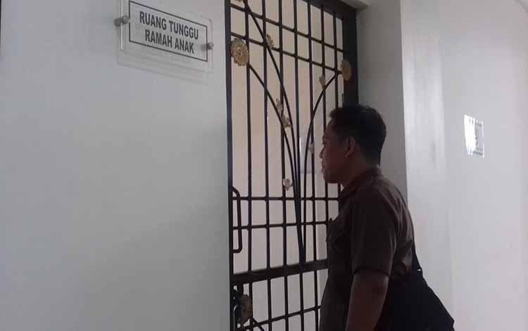 Petugas kejari saat di depan ruang tunggu ramah anak di Pengadilan Negeri Sampit.