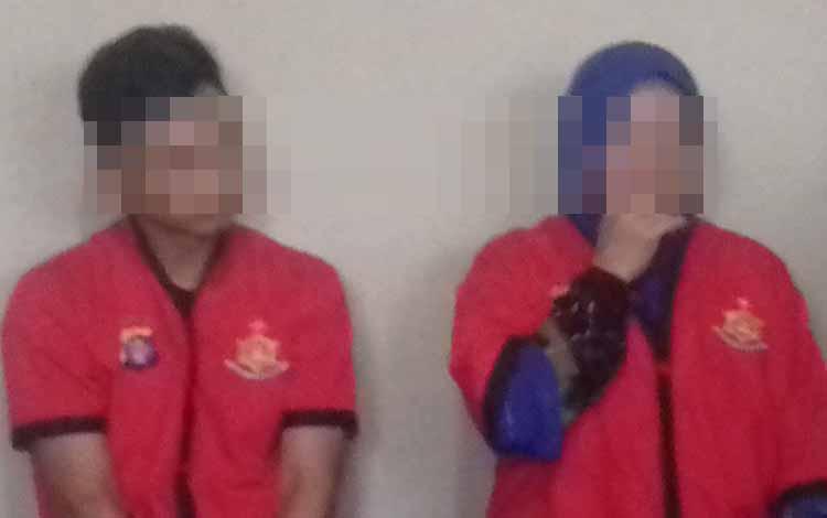 Tersangka sabu Ko dan Yi. Tersandung kasus sabu, Yi (59), ibu rumah tangga berkelit saat pelimpahan tahap II di Kejaksaan Negeri Kotawaringin Timur.
