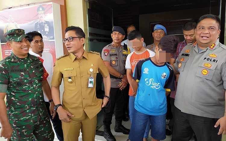Bupati Kotim Supian Hadi saat berbincang dengan korban pengeroyokan. Dia meminta kepada masyarakat agar tidak termakan isu adanya pembunuhan terhadap pemuda salah satu suku di Sampit, Selasa, 22 Oktober 2019.