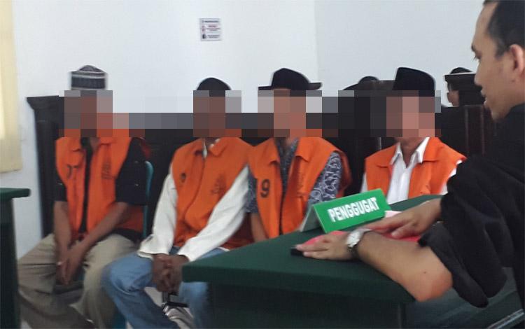 Empat terdakwa Jum, AS, AK, dan Pan menjalani sidang di Pengadilan Negeri Pangkalan Bun, Selasa 22 Oktober 2019. Terdakwa digrebek polisi saat main judi