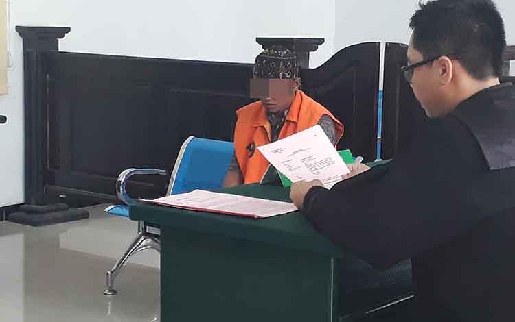 Pria bertato Jul menunduk saat diadili di Pengadilan Negeri Pangkalan Bun, lantaran miliki 21 paket sabu, Selasa, 22 Oktober 2019.