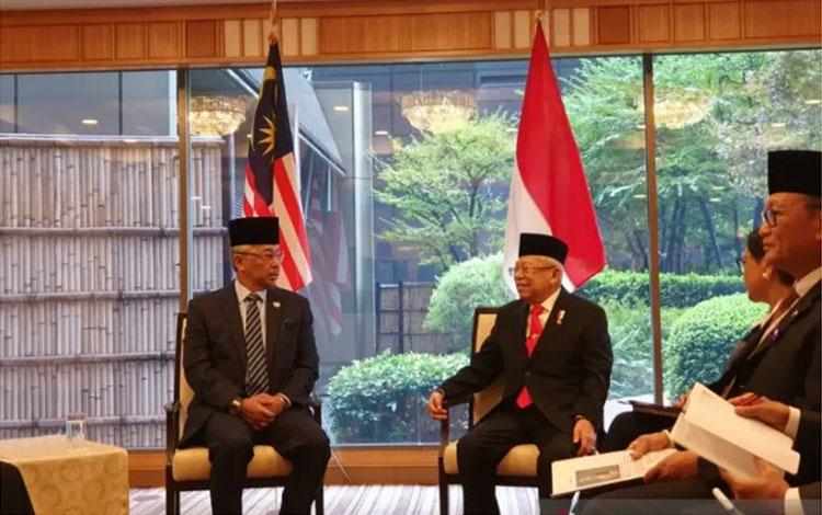 Wakil Presiden Ma\\\'ruf Amin (kanan) melakukan pertemuan bilateral dengan Raja Malaysia Yang di-Pertuan Agong Sultan Abdullah Al-Mustafa Billah Shah Ibni Almarhum Sultan Haji Ahmad Shah Al-Musta\\\'in Billah di Imperial Hotel Tokyo, Jepang, Selasa (22/10/2019)