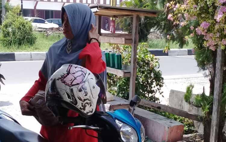 Nurhayati, salah satu korban percobaan penjambretan yang dilakukan dua pelaku di Jalan G Obos, Kota Palangka Raya, Selasa 22 Oktober 2019