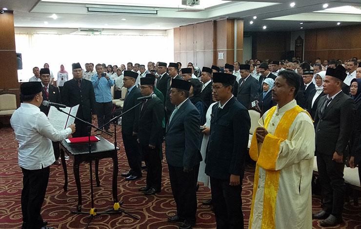 Gubernur Kalimantan Tengah Sugianto Sabran melantik puluhan kepala sekolah di Aula Eka Hapakat lantai III kantor gubernur Kalteng, Rabu, 23 Oktober 2019.