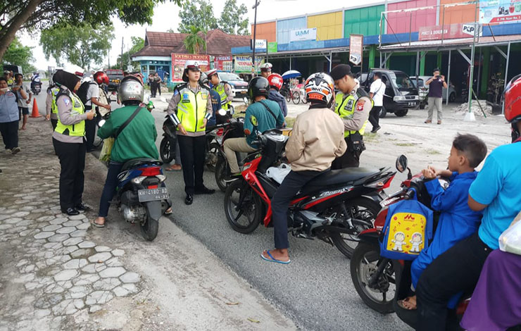 Petugas Satlantas Polresta Palangka Raya saat menggelar Operasi Zebra Telabang 2019 di hari pertama, Rabu, 23 Oktober 2019. Operasi ini kan berlangsung selama 14 hari.