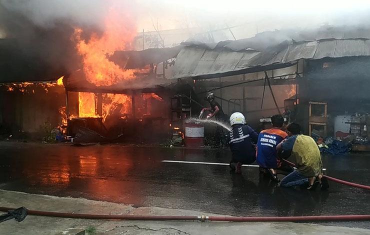 Pemadam kebakaran yang melakukan pemadaman kebakaran 9 unit kios di Jalan Christopel Mihing, Palangka Raya, Rabu, 23 Oktober 2019.