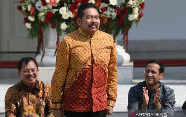 ST Burhanuddin diperkenalkan Presiden Joko Widodo sebagai Jaksa Agung saat pengumuman jajaran menteri Kabinet Indonesia Maju di tangga beranda Istana Merdeka, Jakarta, Rabu (23/10/2019). ANTARA FOTO/Wahyu Putro A/foc.