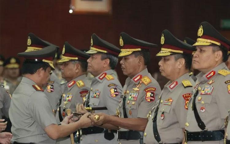 Dokumentasi Kepala Kepolisian Indonesia, Jenderal Polisi Tito Karnavian (kiri) menyerahkan tongkat komando kepada pejabat baru Kepala Badan Reserse Kriminal Kepolisian Indonesia, Inspektur Jenderal Polisi Idham Azis (tengah), Kamis (24/1/2019)