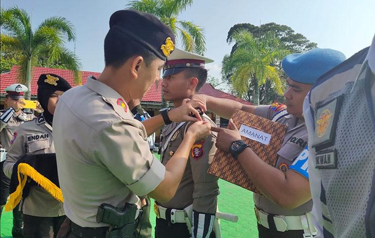 Waka Polres Kotawaringin Barat Kompol Rohman Yonky D, menyematkan pita operasi rangkaian dalam apel gelar pasukan Operasi Zebra Telabang 2019, di halaman Kantor Polres Kobar, Rabu, 23 Oktober 2019.