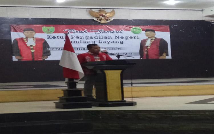 Ketua Pengadilan Negeri Tamiang Layang yang lama, Maskur Hidayar saat memberikan sambutan dalam acara pisah sambut. Kini posisinya digantikan oleh deni Indrayana