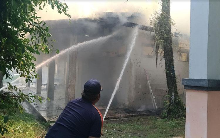 Petugas pemadam kebakaran saat melakukan pemadaman bangunan milik Disperindag yang terbakar, Rabu, 23 Oktober 2019.